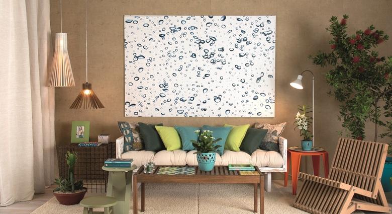 Sala de estar com almofadas coloridas