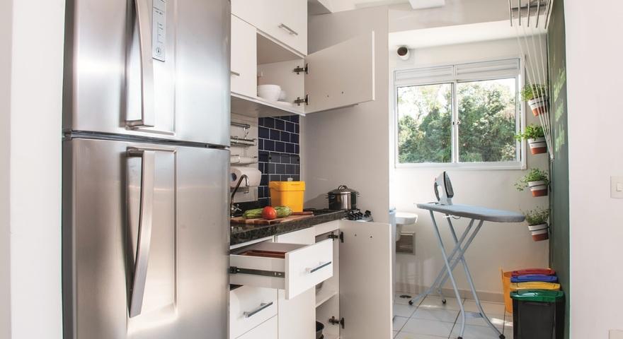 Cozinha simples pequena branca com revestimento de parede for Leroy merlin lavanderia