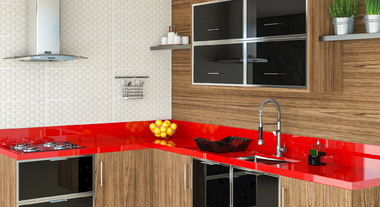 Cozinha espaçosa com detalhe vermelho