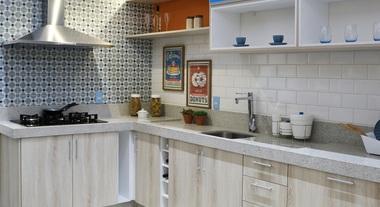 Cozinha espaçosa com revestimento de parede azul