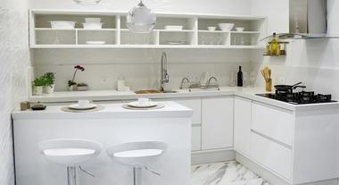 Cozinha grande com decoração branca e prateada