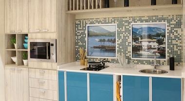 Cozinha grande planejada com pastilhas brancas e azuis