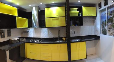 Cozinha integrada decorada em tons de amarelo
