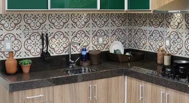 Cozinha modular pequena com revestimento de parede