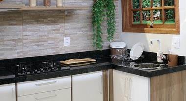 Cozinha modular pequena em estilo amadeirado