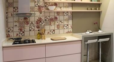 Cozinha pequena decorada com tons pastéis