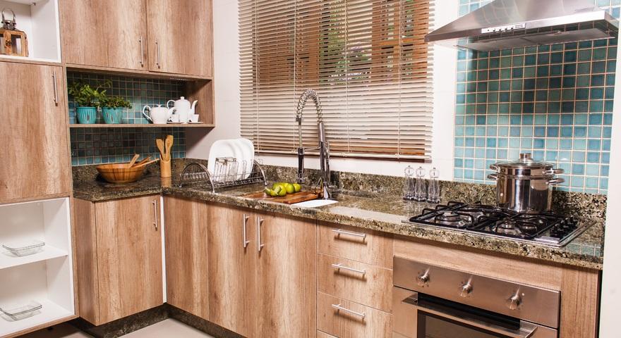 Cozinha modular pequena com revestimento de parede leroy - Tegola americana leroy merlin ...
