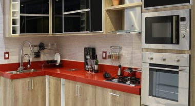 Cozinha planejada com almário preto e bancada vermelha