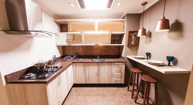 Cozinha planejada com área de refeição
