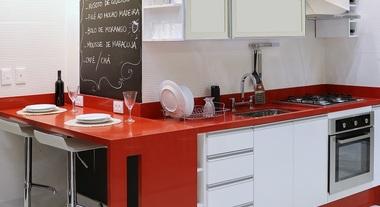 Cozinha planejada grande com detalhes em vermelho