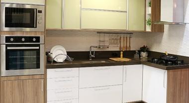 Cozinha planejada grande com tons amadeirados