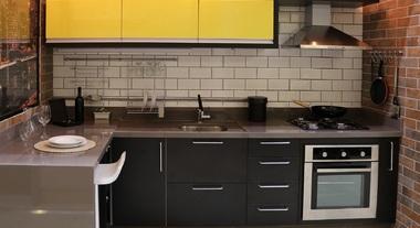 Cozinha planejada preta pequena com pastilhas