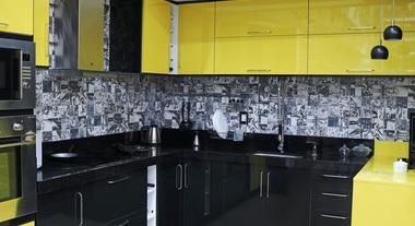Cozinha preta grande com detalhes em amarelo