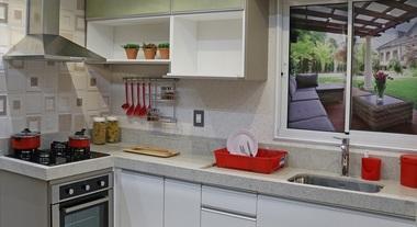 Cozinha simples pequena branca com revestimento de parede