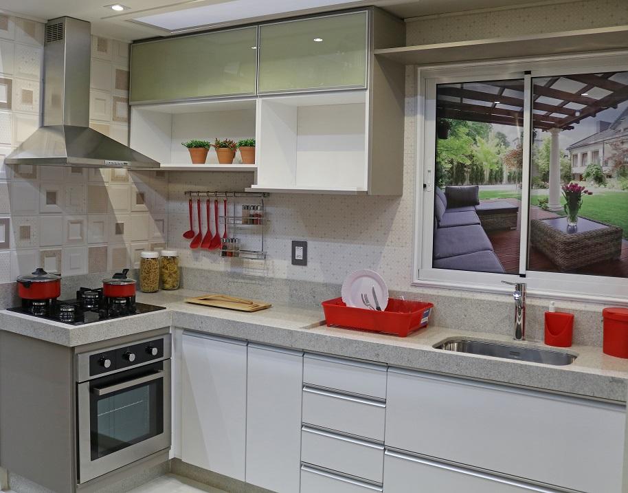 Cozinha simples pequena branca com revestimento de parede - Baneras pequenas leroy merlin ...