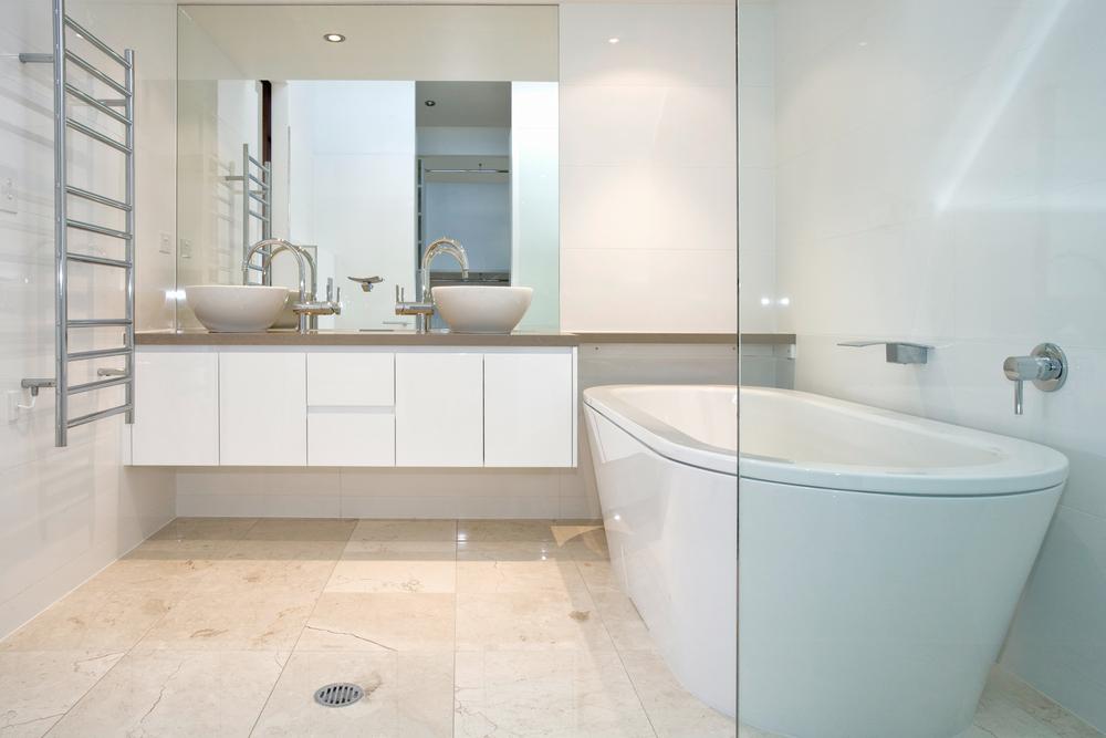 #474316 Veja dicas simples para renovar o visual do banheiro todo branco 1000x667 px Banheiro Simples Todo Branco 2018 3801