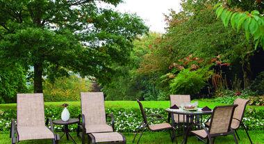 Deixe os ambientes confortáveis e bonitos com ombrelones e espreguiçadeiras