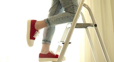 Escada de alumínio, madeira ou fibra de vidro: qual é o melhor modelo para ter em casa?