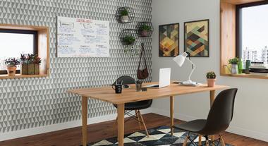 Escritório decorado com lousa branca e papel de parede