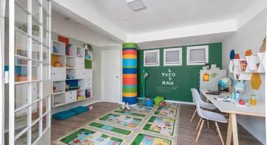 Escritório e brinquedoteca organizado com estante