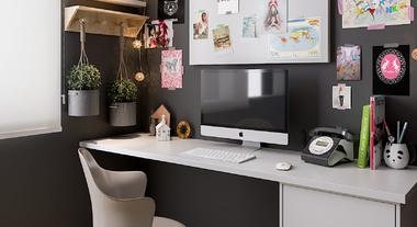 Escritório pequeno com tapete e painel de recados