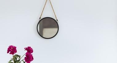 Espelho com alça é tendência: modelo Adnet vai atualizar a sua casa e é super fácil de fazer