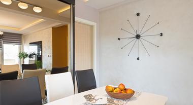Espelho na parede inteira: como não errar nessa tendência de decoração na sala de jantar ou estar