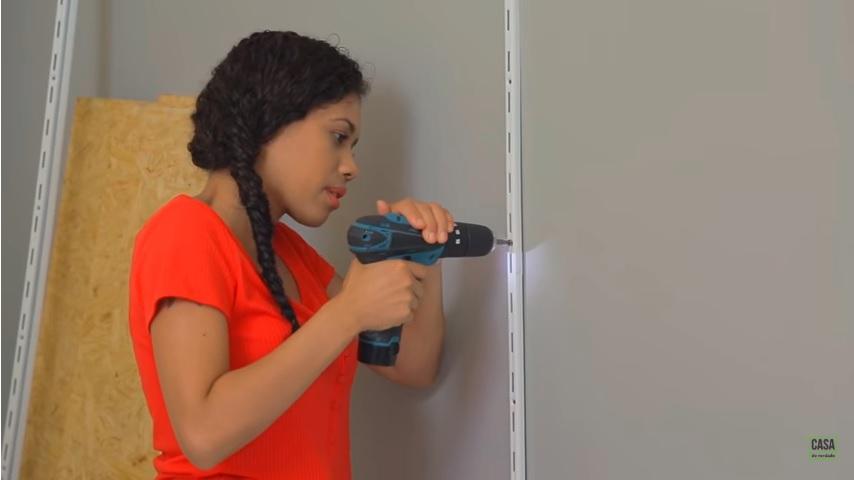 Estante para sala: passo a passo de como fazer uma com cremalheira seguindo as dicas de Paloma Cipriano