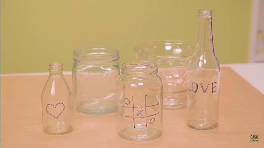 Garrafas decoradas: como fazer modelos de vidro exclusivos ensinados por Karla Amadori