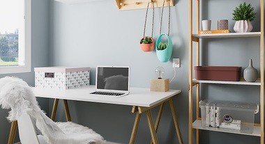 Home office com estante e mesa de cavaletes
