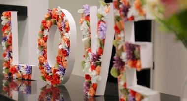 Letreiro de flores: aprenda como fazer letras decoradas para deixar sua casa mais bonita