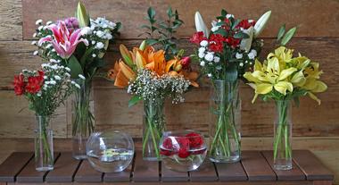 Mesa com flores e vasos