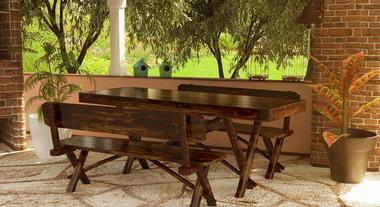 Mesa e bancos tornam espaço confortável para receber amigos