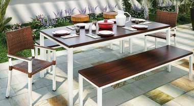 Mesa e cadeiras para refeição ao ar livre