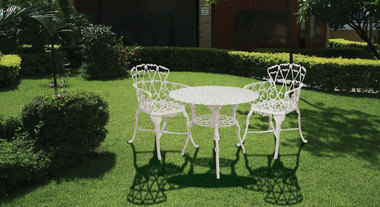 Mesa e poltronas de alumínio no jardim