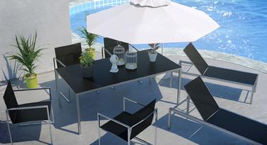 Ombrelone e chaises dão charme a área com piscina