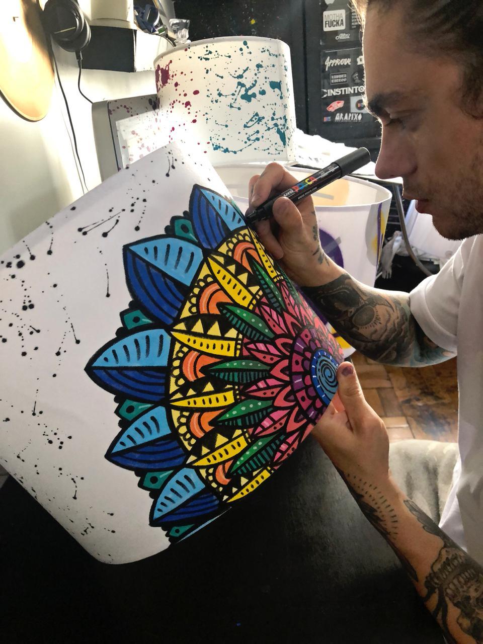 Artista Thaigo com sua cúpula personalizada