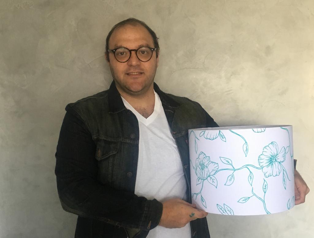 Artista Diego personalizando a cúpula