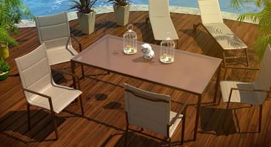Poltronas, espreguiçadeiras e a mesa deixam esse espaço ideal para um encontro com os amigos