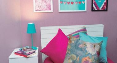 Quarto de solteiro com decoração rosa