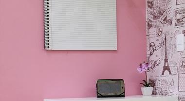 Quarto pequeno feminino decorado com prateleiras e papel de parede