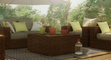 Sala ao ar livre com poltronas, sofá e mesa