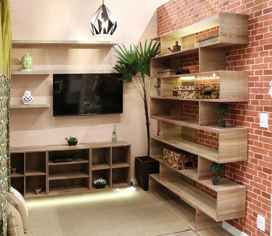 Sala de estar com estante e papel de parede de tijolo for Sala de estar pequena con escritorio