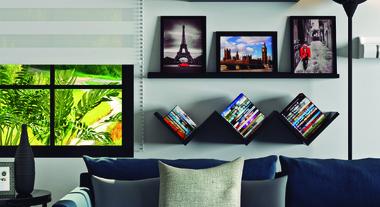 Sala de estar com prateleiras e decoração P&B