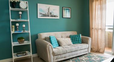 Sala de estar decorada em tons de azul