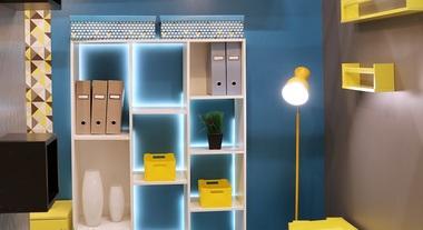 Sala de estar pequena decorada com estante e nichos