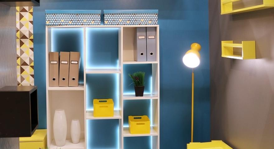 Sala pequena com rack feito de estantes - Armarios para sala de estar ...