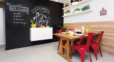 Sala de jantar decorada com parede de lousa