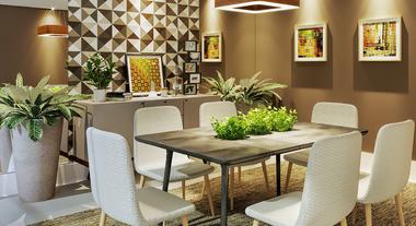 Sala de jantar decorada com quadros e espelho