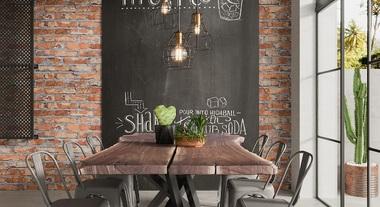 Sala de jantar grande com parede de vidro e tinta lousa